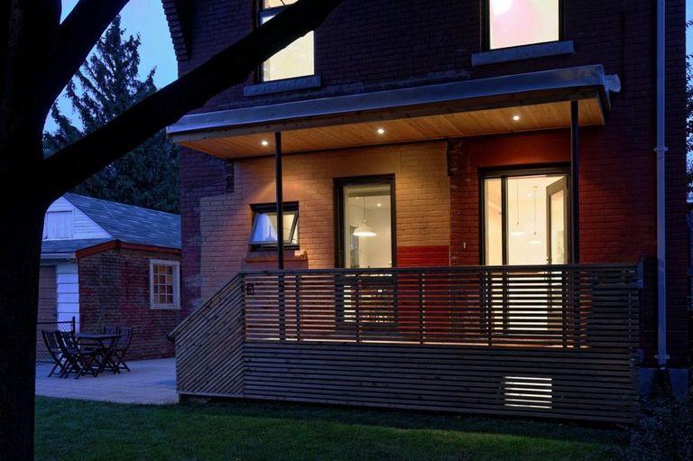 La pequeña renovación de una casa presiona cada botón de abrazador de árboles