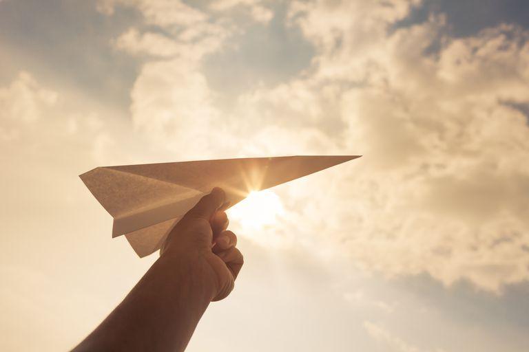 Avión de papel establece récord con vuelo de 82 millas