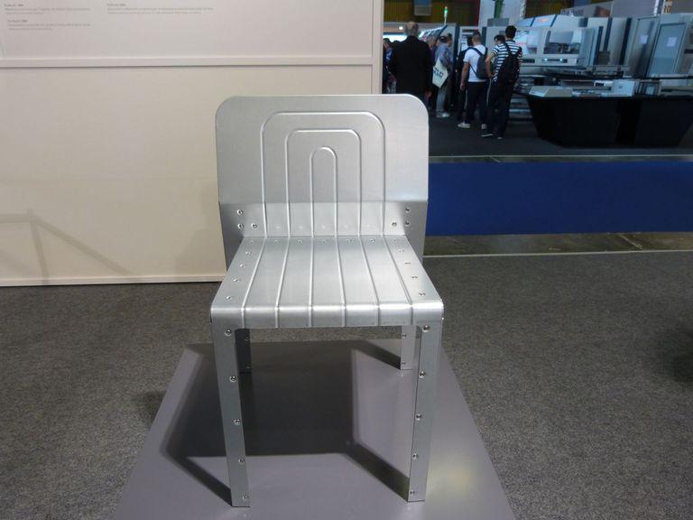 La silla Stamp y la lámpara Stamp de Tom Dixon demuestran el poder de la nueva máquina