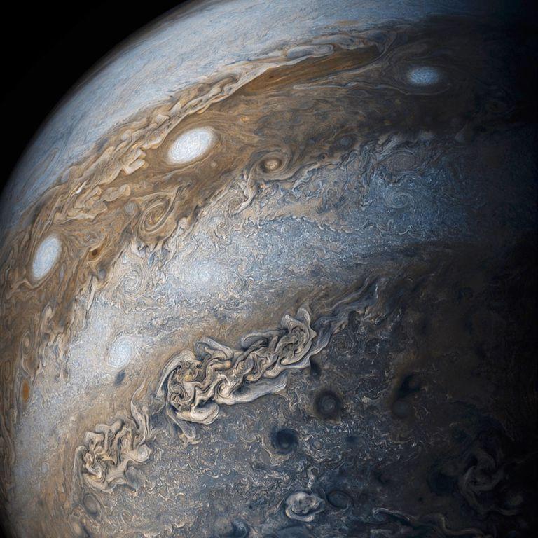 Misión de la NASA revela hermosos remolinos de gases en Júpiter (video)